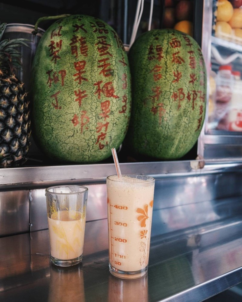 店內招牌是「混蛋汁」,就是在木瓜牛奶中打入一顆生雞蛋,喝起來有點像「蛋蜜汁」的感...