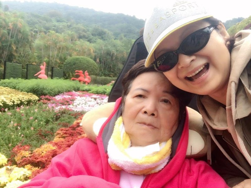 楊貴媚常常會帶媽媽出去兜風。 圖/摘自楊貴媚國際影友會臉書