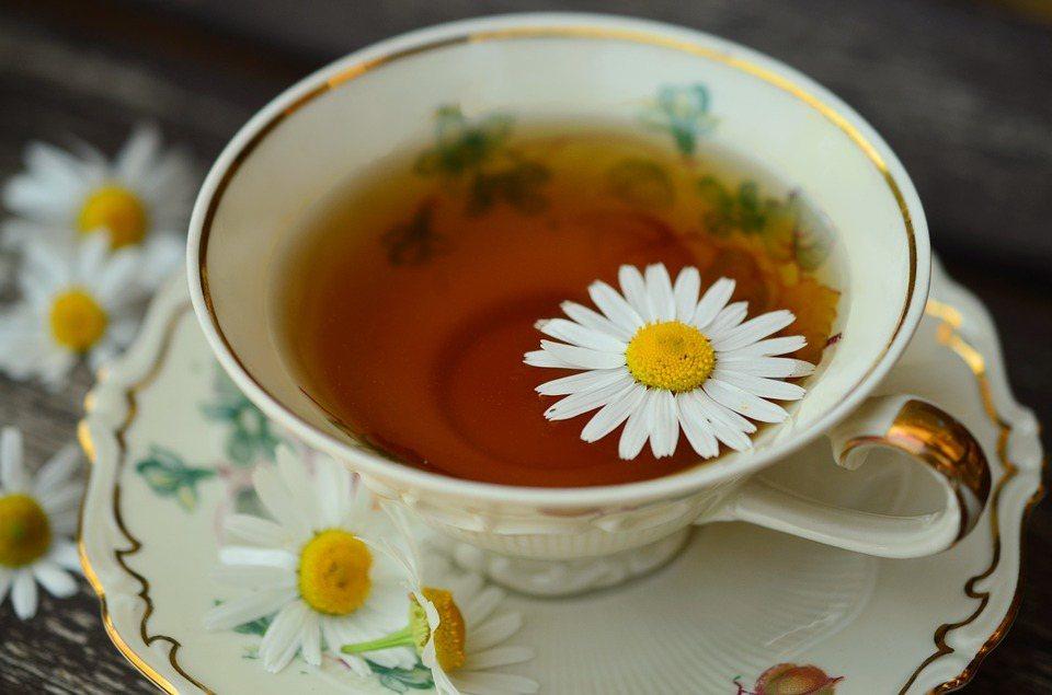 如果你想要放鬆,研究建議喝甘菊茶,它會減緩記憶與專注力的運作,幫助睡眠。 圖/p...
