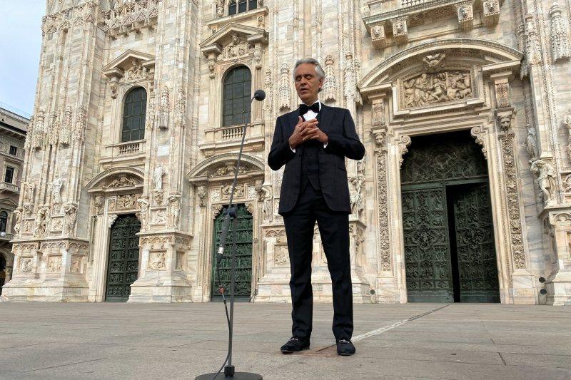 盲人歌手安德烈波伽利在無人的米蘭大教堂前高歌,攝於4月13日。 圖/路透社