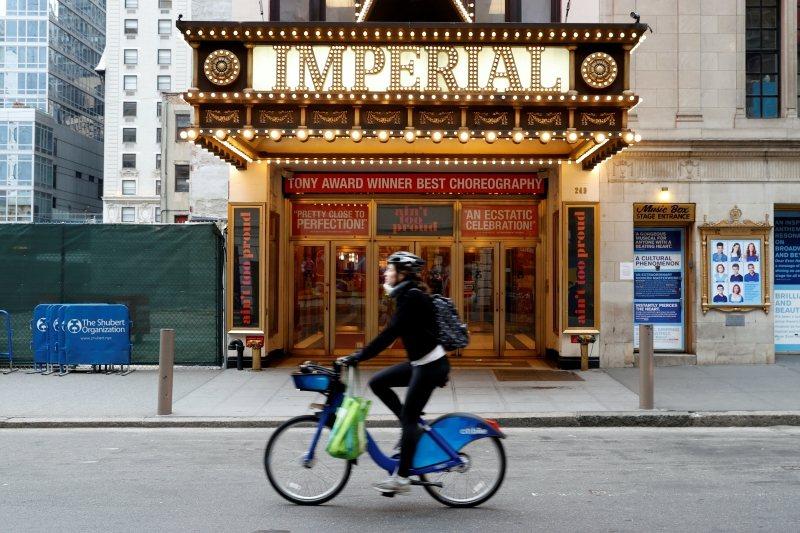 疫情衝擊,劇場藝術便與百業一同蕭條,進入休眠時期,攝於3月18日,紐約百老匯。 圖/路透社