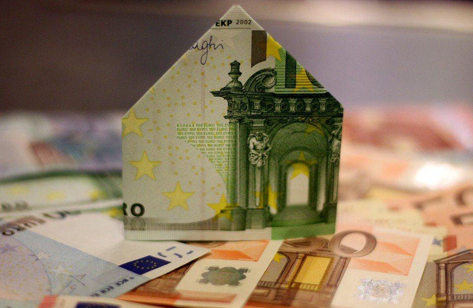 面對小孩臨時決定出國,準備備援金,算出資金缺口。 圖/pixabay