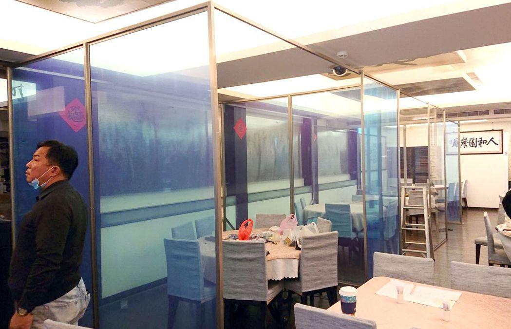 人和園餐廳為因應疫情,加裝醫療級抗菌壓克力板做為桌與桌間的隔板,打造安心的飲食環...