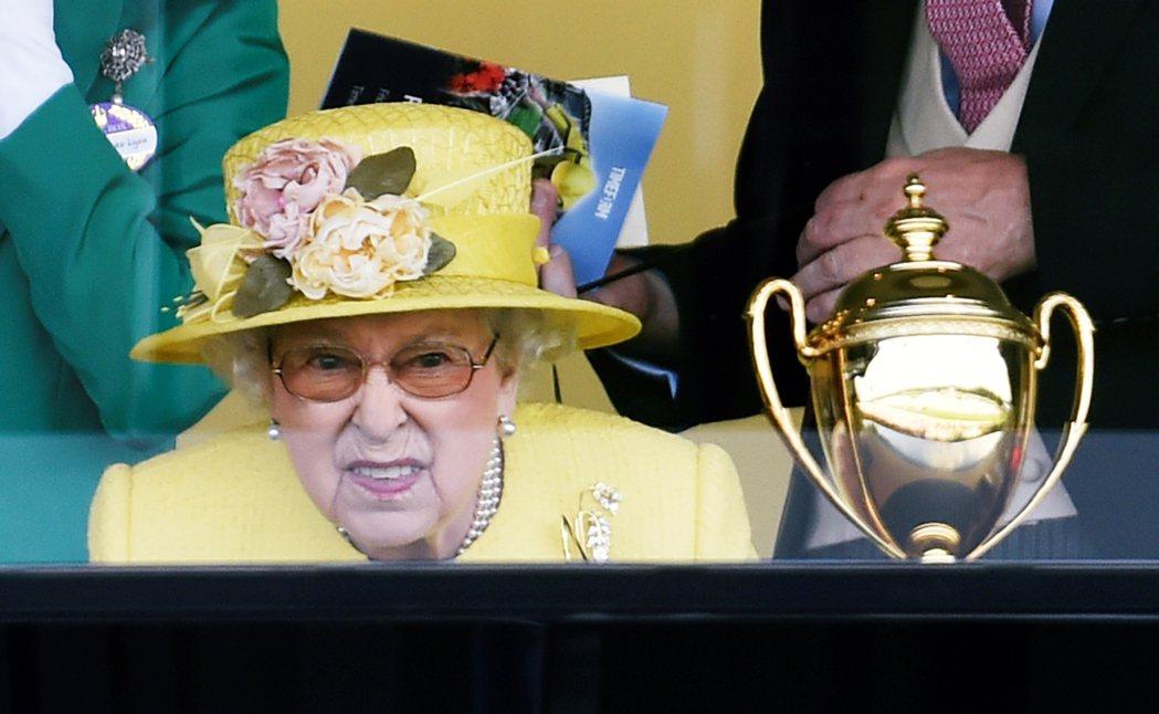 專心觀看賽馬的英國女王伊莉莎白二世。賽馬是英國流傳數百年的傳統賽事,女王伊麗莎白...