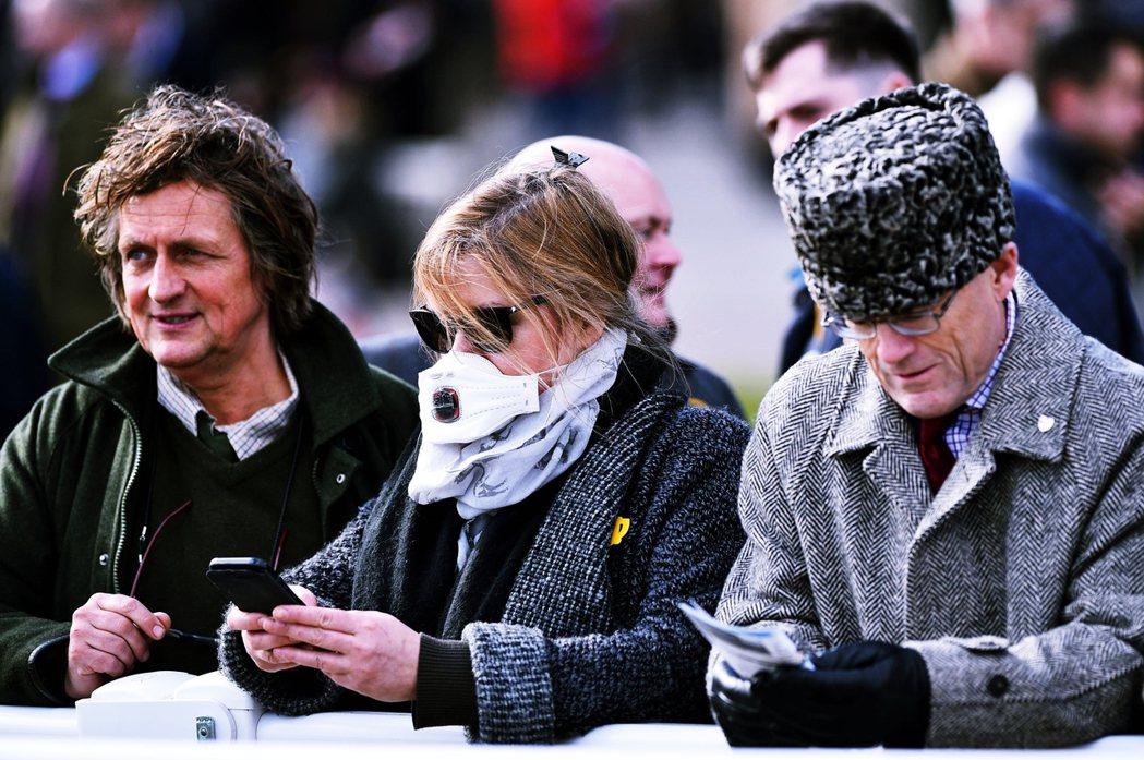 3月尚未封城前,觀看賽馬的英國民眾。 圖/法新社