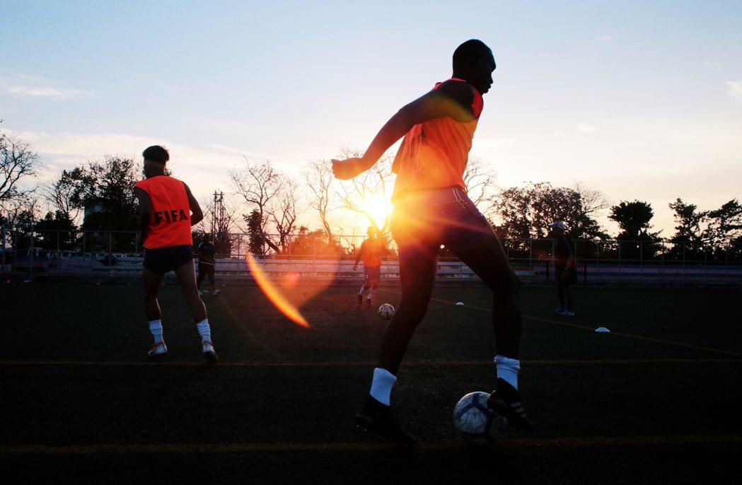 4月尼加拉瓜足球聯賽的各隊伍仍持續練習、舉辦比賽。 圖/路透社
