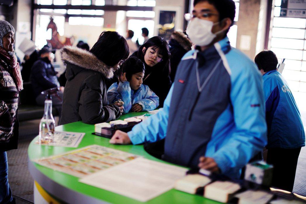 3月日本賽馬投注站的民眾。 圖/路透社