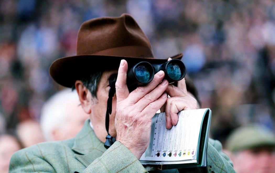 參與英國賽馬博弈的觀眾。 圖/路透社