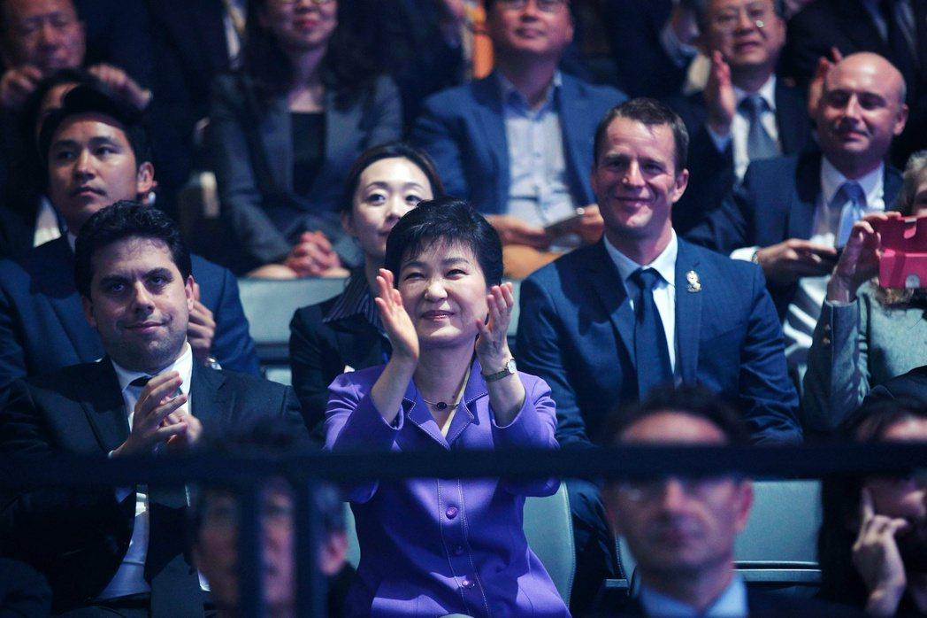 4年前朴槿惠還未下台,人在法國看Super Junior演唱會。 圖/路透社