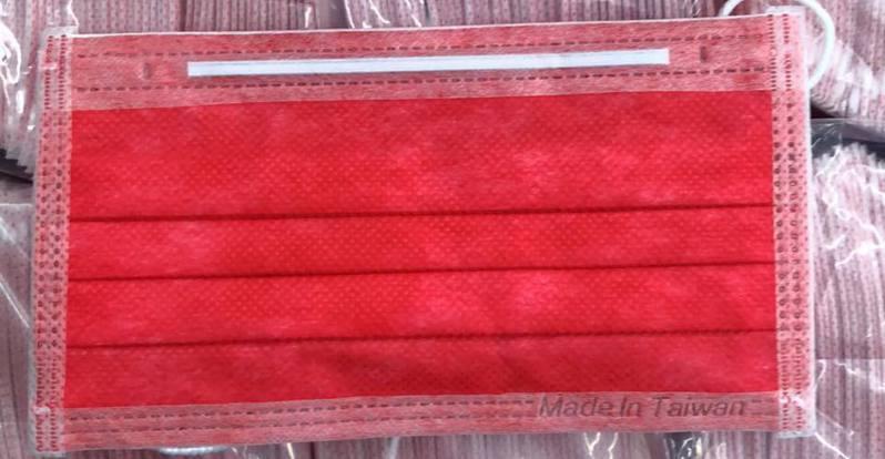 台北一間藥局在臉書公告販售大紅色口罩,吸引民眾的目光。 圖/翻攝自台北內湖「喜越藥局-內湖店」臉書