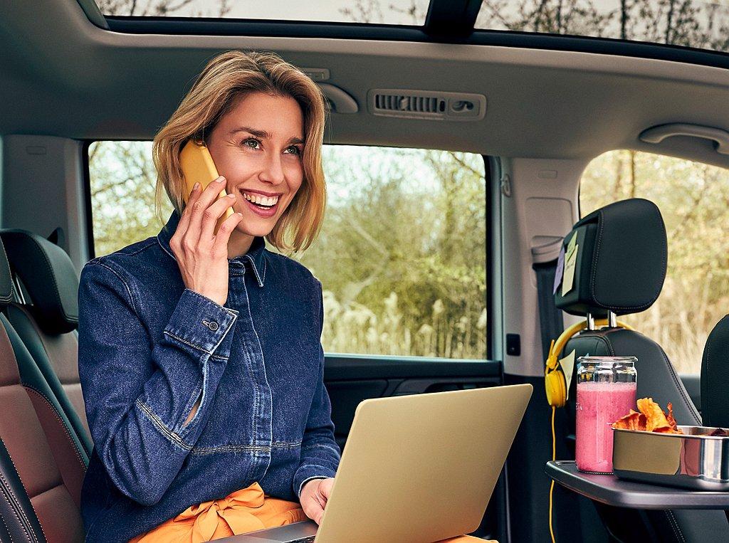 找到最合適座位,搭配雙前座椅背可折疊餐台放置筆記型電腦,並且連結手機網路進行視訊...