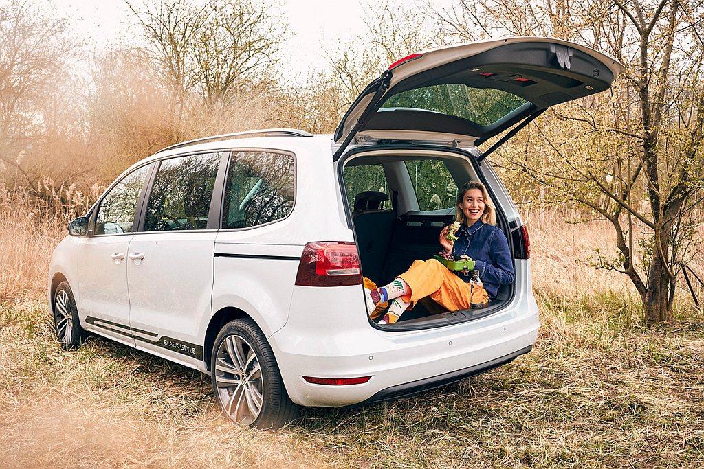 車室除了具備充足的座位伸展空間之外,也能選擇打開後行李廂電動尾門,坐在後行李廂空...