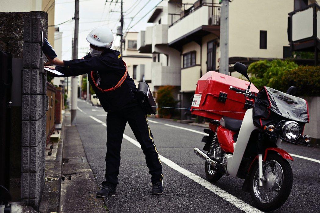 從東京的世田谷區和港區開始,一箱箱的口罩送到當地郵局後,再讓郵差騎車挨家挨戶投遞...
