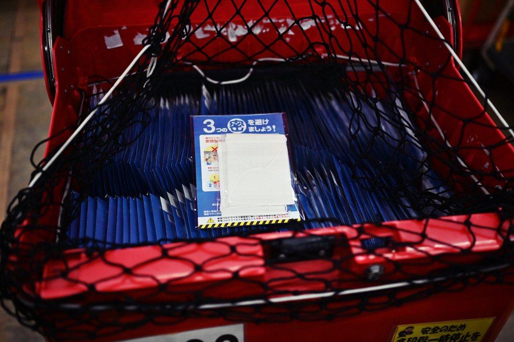 內含兩片布口罩(一片單價260日圓,約新台幣74元),以及一份使用說明書,刊有布...