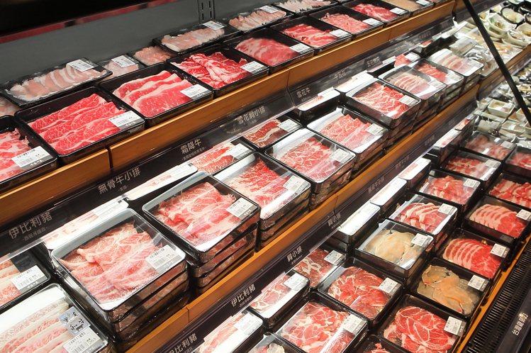 祥富水產提供有多款肉品,讓民眾自行挑選。記者陳睿中/攝影