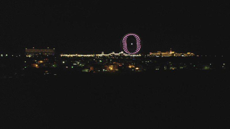 台中后里麗寶樂園摩天輪昨晚演出粉紅色與愛心的動態燈光秀,也顯示上了笑臉與數字「0」,透過摩天輪宣告台灣一周兩度零確診的好消息。圖/麗寶樂園提供