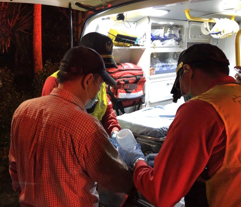 一對郭姓父女昨天近午到宜蘭縣員山鄉粗坑登山迷途,受困溪谷,其中父親受傷,消防局連夜上山救援,今晨將受傷者救下山送醫。圖/宜蘭縣消防局提供