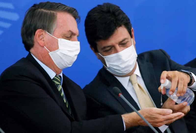 巴西總統波索納洛(左)與遭開除的衛生部長曼德塔(右)。法新社