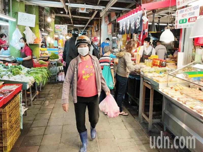 台東市中央市場的攤商與消費者都戴口罩防疫。記者羅紹平/攝影
