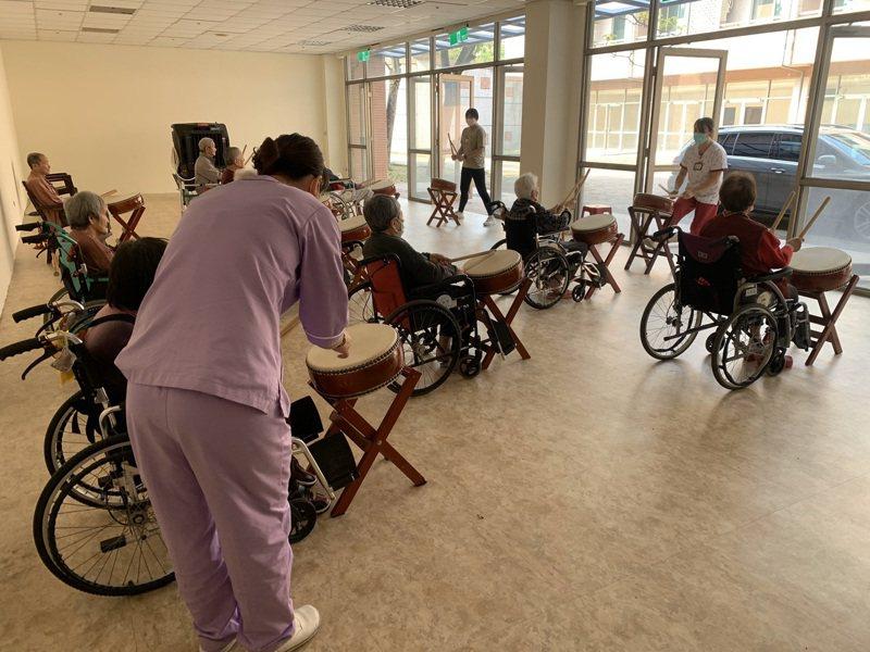 台南天壇老人養護中心由護理人員和照服員等自己辦活動,減輕長輩思念家人的情緒。圖/天壇養護中心提供