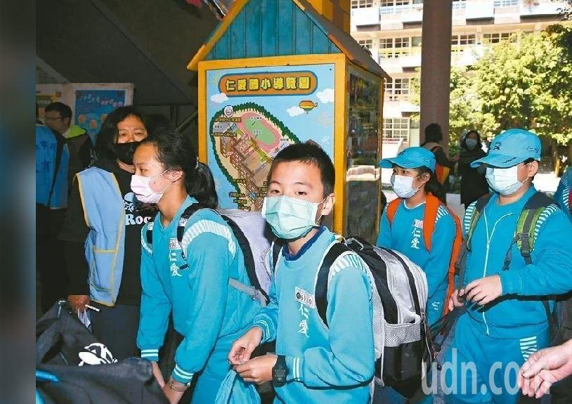 衛福部與教育部研議配送口罩到中小學,由學校販售給學生。示意圖。本報資料照片