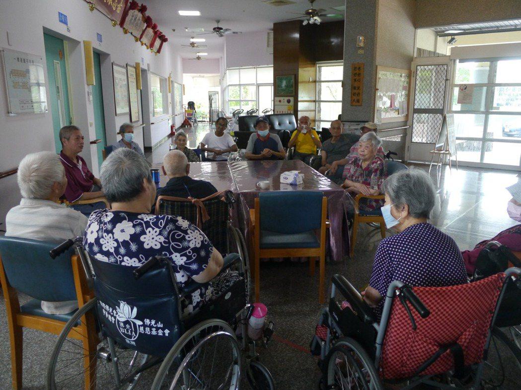 受疫情影響,安養院長輩日前只能透過視訊與家人見面。中央流行疫情指揮中心今天對探病...