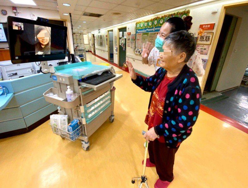 中央為避免護理之家、長照機構體弱的高齡長者引發群聚感染,禁止訪客探視,屏東縣恆春督督教醫院隨即推出「行動視訊車」,讓長者可以和家人視訊對話。記者潘欣中/翻攝