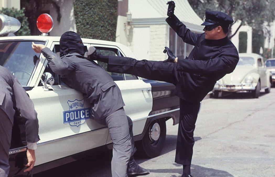 李小龍在「青蜂俠」影集大展身手。圖/摘自imdb