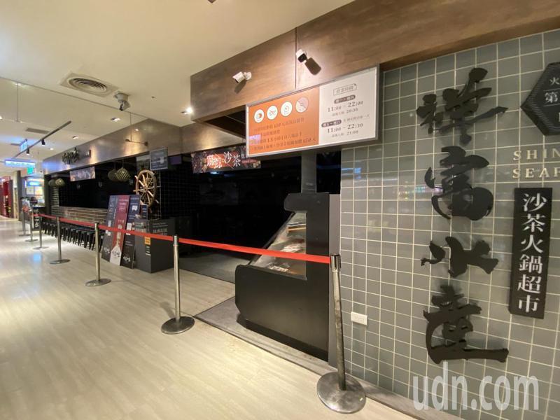 位在台南百貨門市的祥富水產昨晚無預警停業。記者鄭維真/攝影