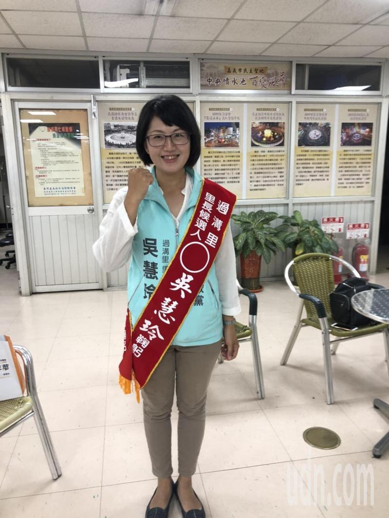 36歲家庭主婦、政治素人吳慧玲,今天上午代表台灣民眾黨到嘉義市東區公所登記參選東區過溝里長。記者唐秀麗/攝影