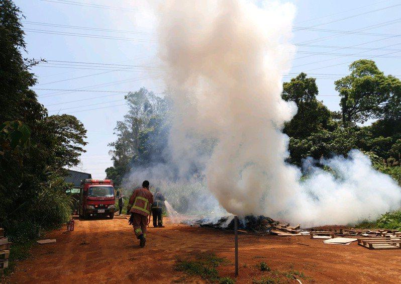 火勢太大,最後求助消防員協助滅火。圖/環保局提供