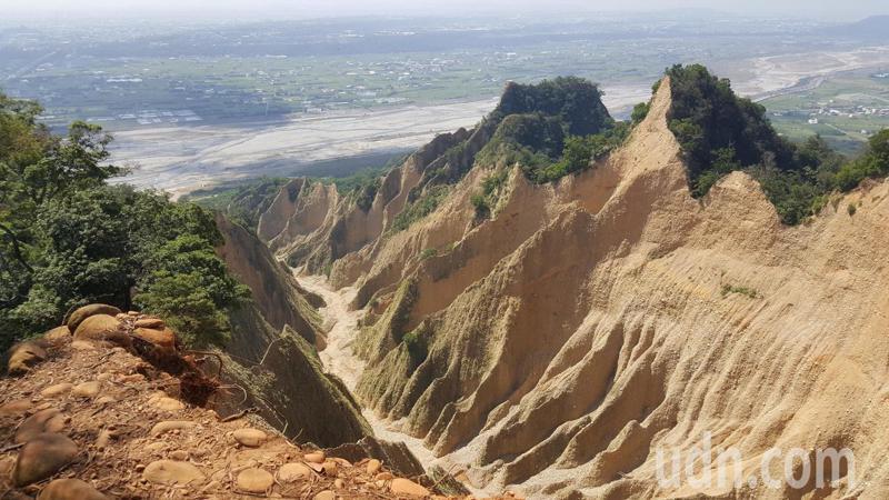 三義火炎山有著名的礫石惡地形。記者胡蓬生/攝影