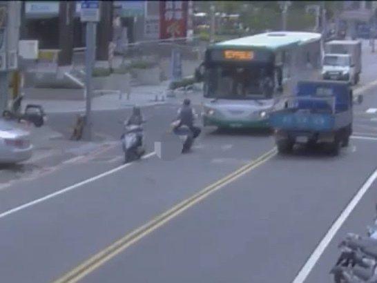 監視器拍下騎士逆向衝撞公車,疑似完全沒有閃避、煞車。記者巫鴻瑋/翻攝