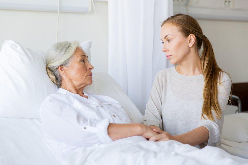 中年族群下有子女,上有年邁的父母,幾代人間的溝通成為很大的學問。示意圖/ingimage 提供