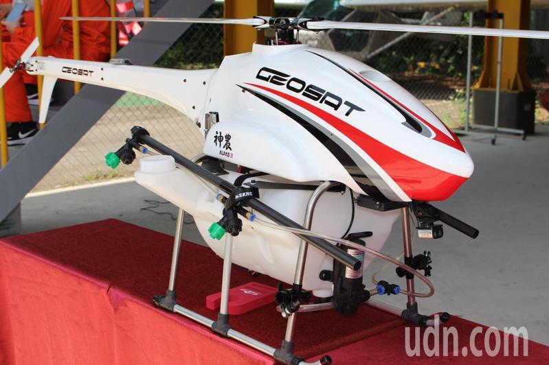 經緯航太公司提供無人機教材及師資,教導學生如何使用無人機進行防疫工作,包括使用無人機在校園上空噴灑消毒水。記者高宇震/攝影