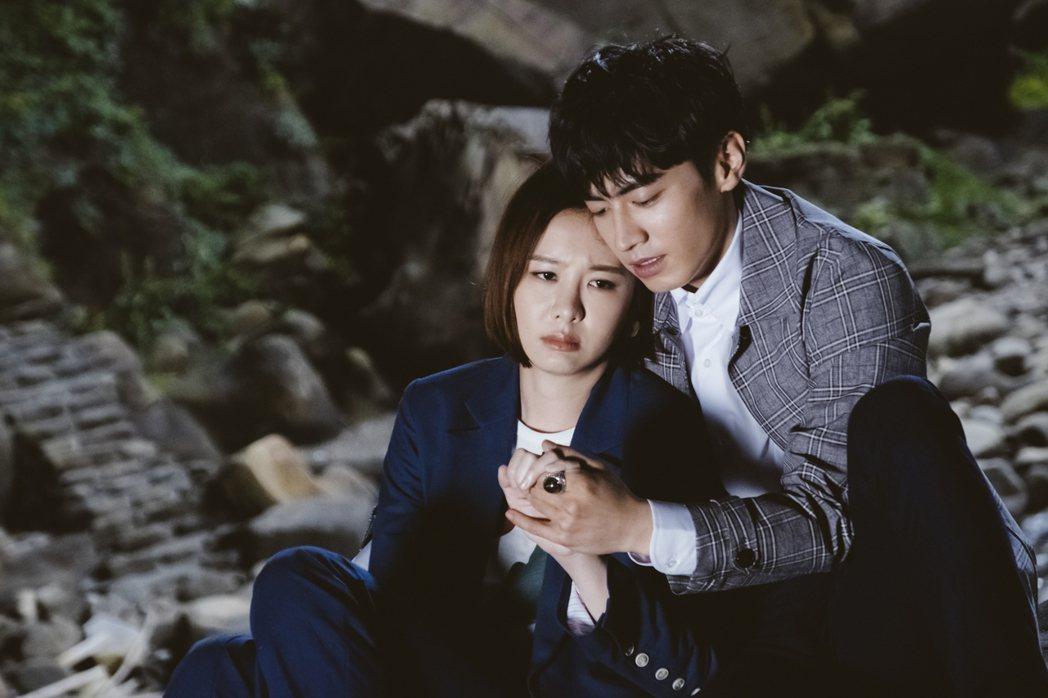 安心亞(左)在「墜愛」中捨不得宋柏緯,面露悲傷神情。圖/歐銻銻娛樂提供