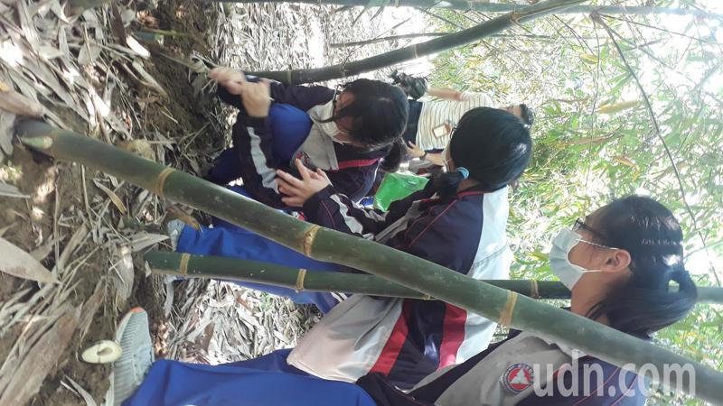 新豐高中學生學習如何採收、清洗、分類加工竹筍。記者周宗禎攝影