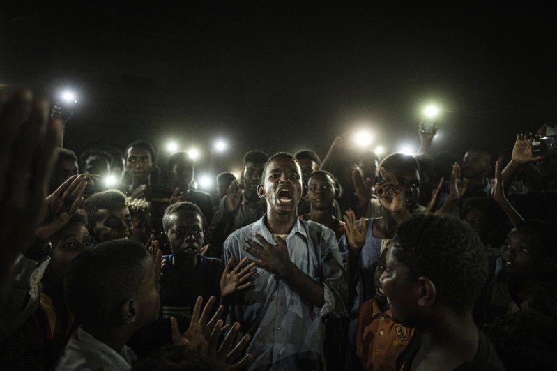 法新社記錄蘇丹民主示威的照片,獲選為今年世界新聞攝影獎年度最佳照片。(美聯社)