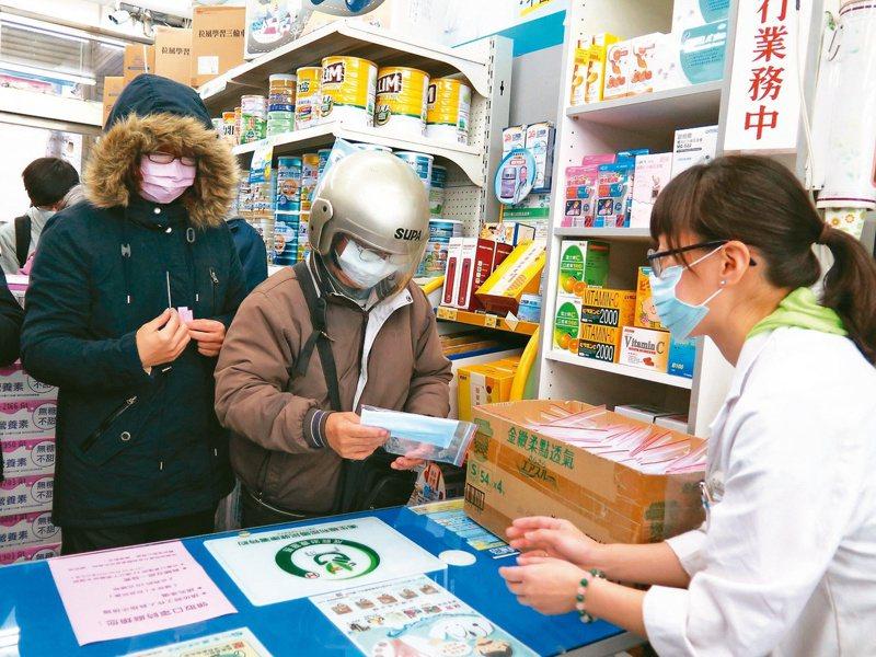 口罩實名制上路兩個多月,指揮中心表示,4月19日起,周日將不配發口罩,讓藥局可休息一天。圖/聯合報系資料照片