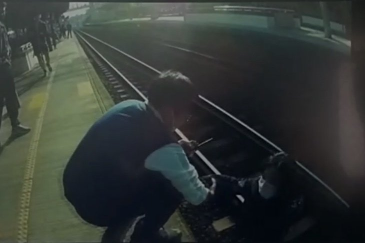 中壢火車站昨天下午4點36分許,1名34歲黃姓女子於列車進站之際,竟跌落軌道,所幸當時正在巡邏的女警聽見巨響後,在千鈞一髮之際及時搭救。記者高宇震/翻攝