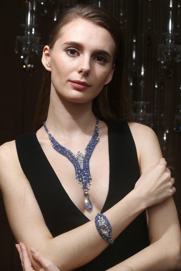 以冒險為主題的美洲豹項鍊與高級珠寶腕表,藍寶石珠擬現出的蔚藍水幕,令美洲豹的探頭...
