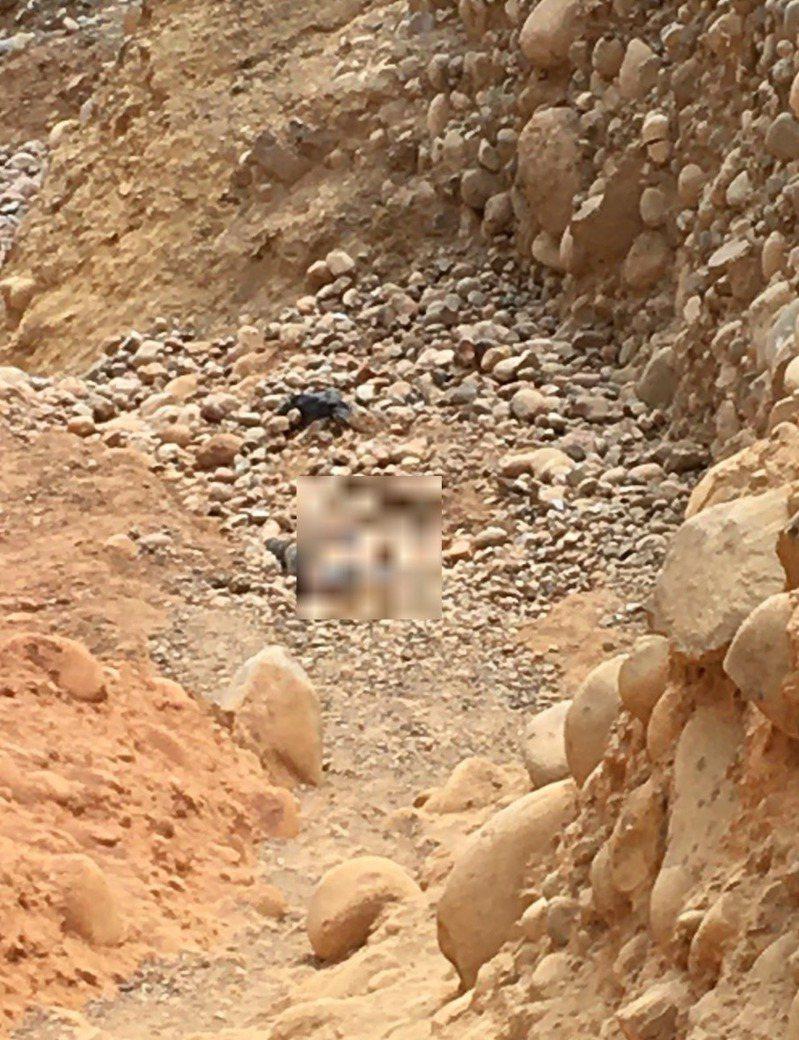 消防人員發現墜落山友,現場沒有生命徵象。記者劉星君/翻攝