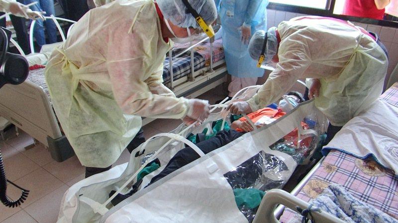 雲林縣展開防疫實兵演練,出動負壓隔離艙運送疑染疫的患者就醫,全程逼真嚴密。記者蔡維斌/攝影