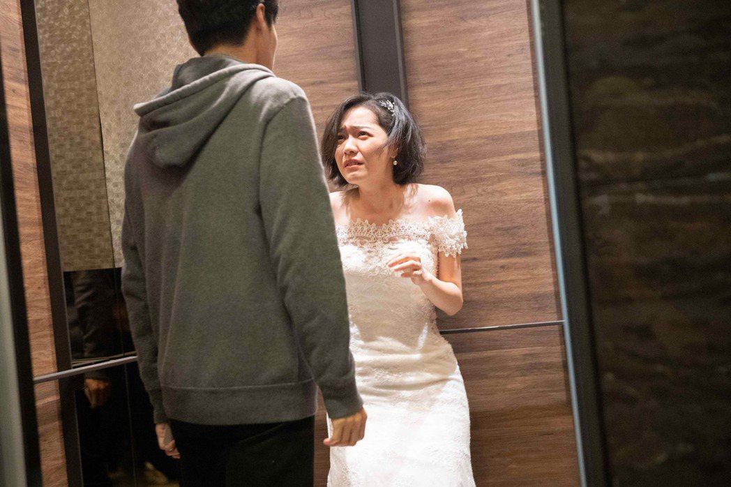 藍甯彤(右)在「覆活」戲中被唐振剛挾持進電梯。圖/八大提供