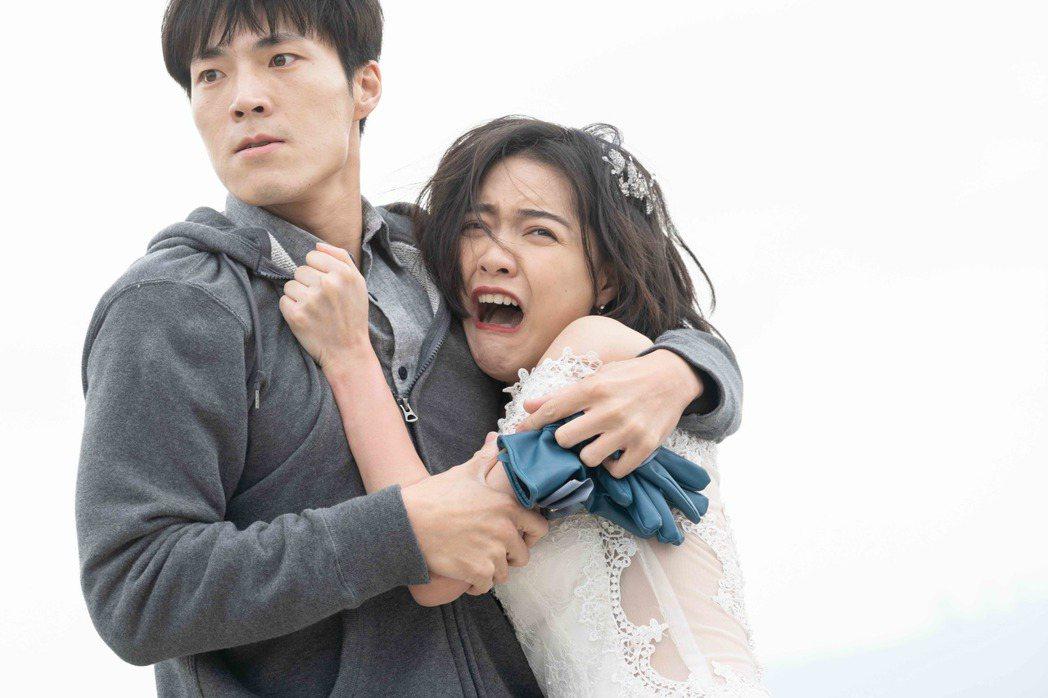 唐振剛(左)在「覆活」戲中飾演恐怖情人,拉著藍甯彤跳樓,畫面驚悚。圖/八大提供