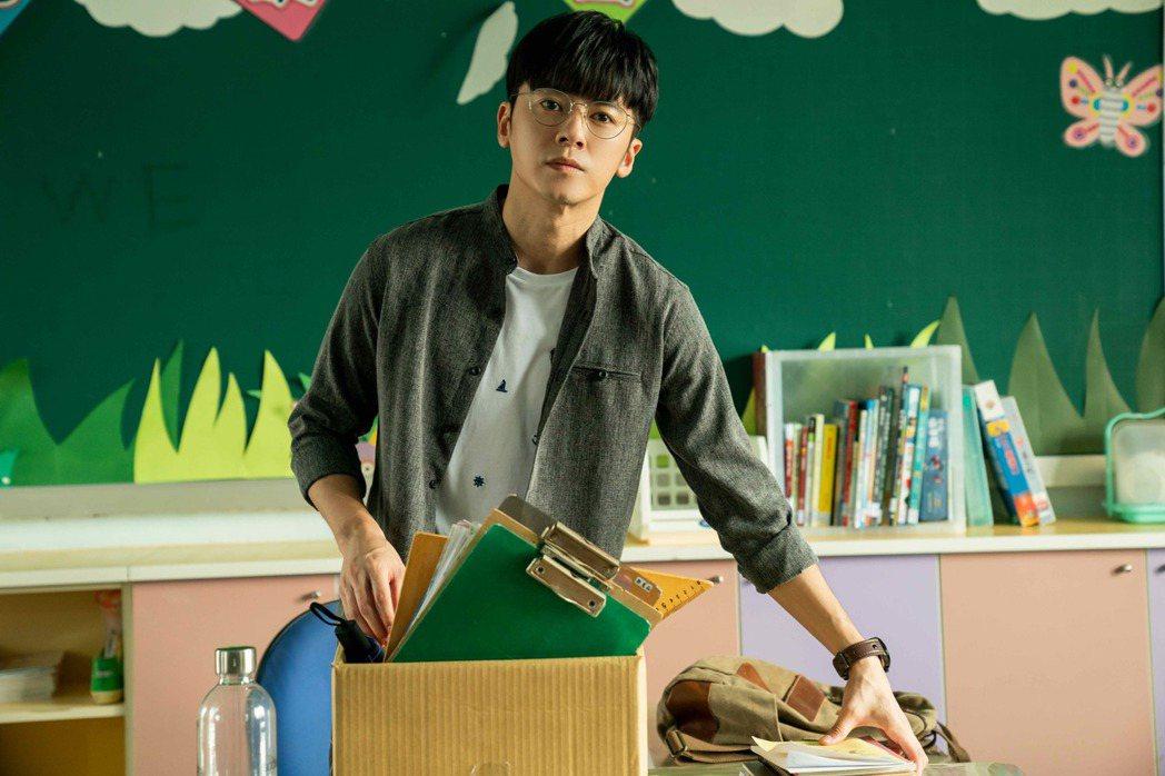 李國毅在「金愛演真探團」戲中飾演國小代課老師。圖/LINE TV提供
