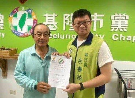 陳志成(左)為現任市政顧問,同時也是民進黨創黨黨員,連任多屆議員。圖/取自陳志成臉書