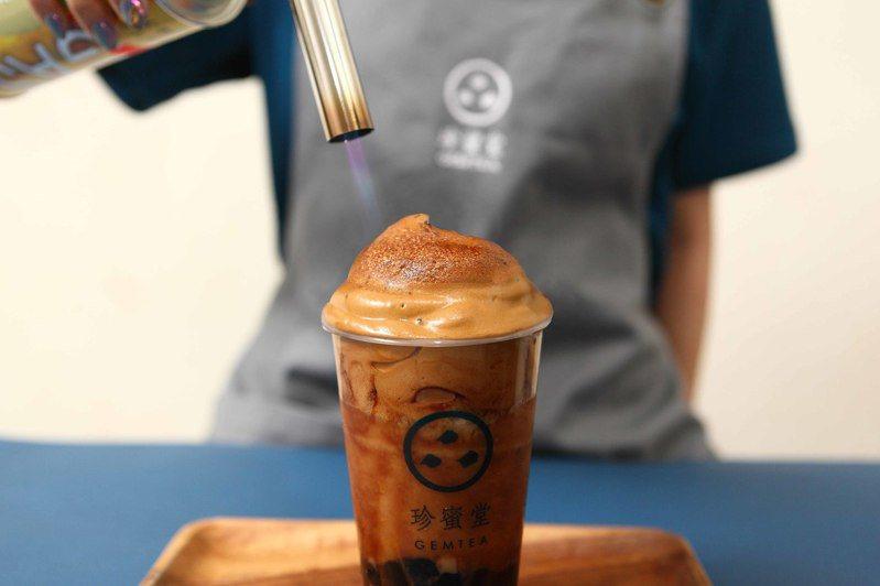 珍蜜堂「Gemtea 400炙燒咖啡」,最後一道工序,是透過「炙燒」將黑糖與咖啡香氣混合。圖/珍蜜堂提供