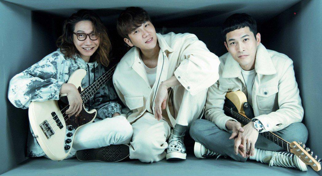 方Q(左起)、小玉和阿奎在「禁止觸摸」MV擠在小箱子中拍攝。圖/相信音樂提供