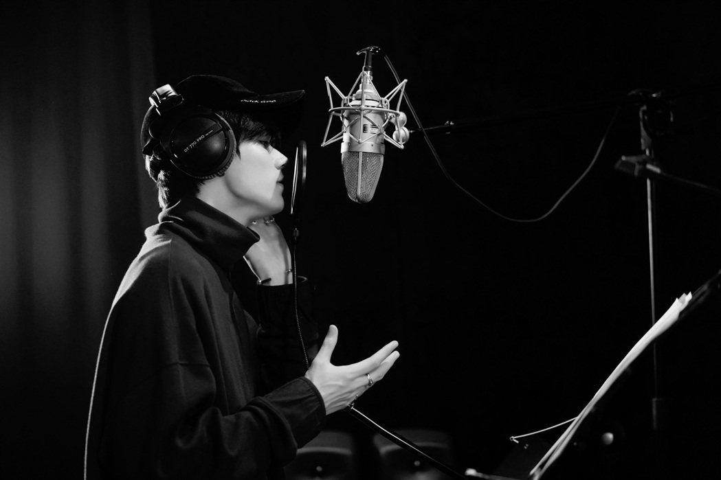 林彥俊首支錄音室單曲翻唱莫文蔚的「You Are So Beautiful」。圖